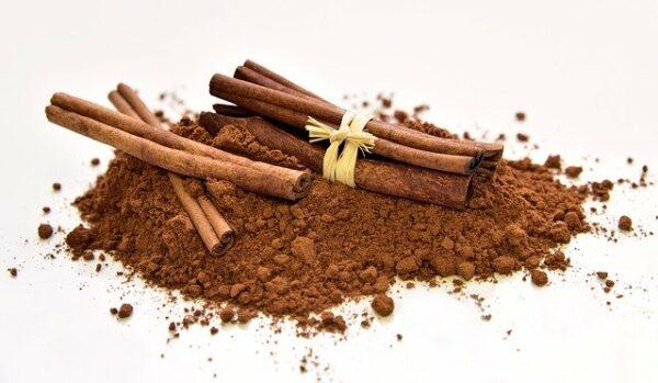 Ground cinnamon and cinammon sticks